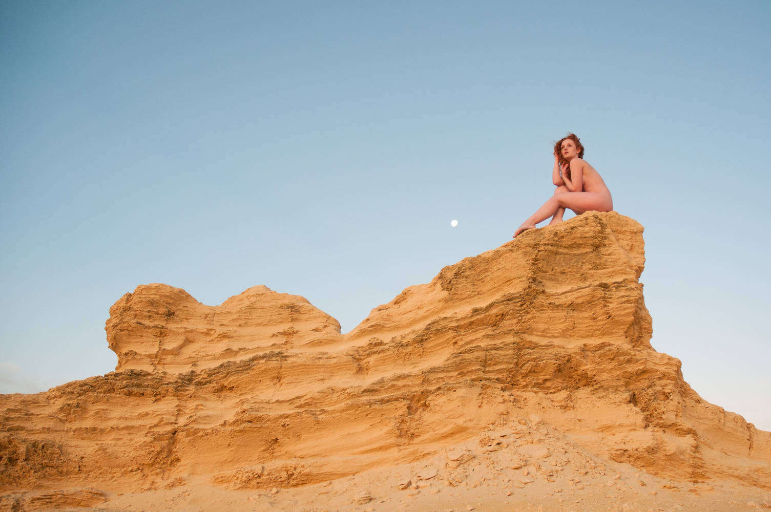natural nude model Ivory Flame at The Pinnicles in Perth Australia by photographer Rebecca Knowles