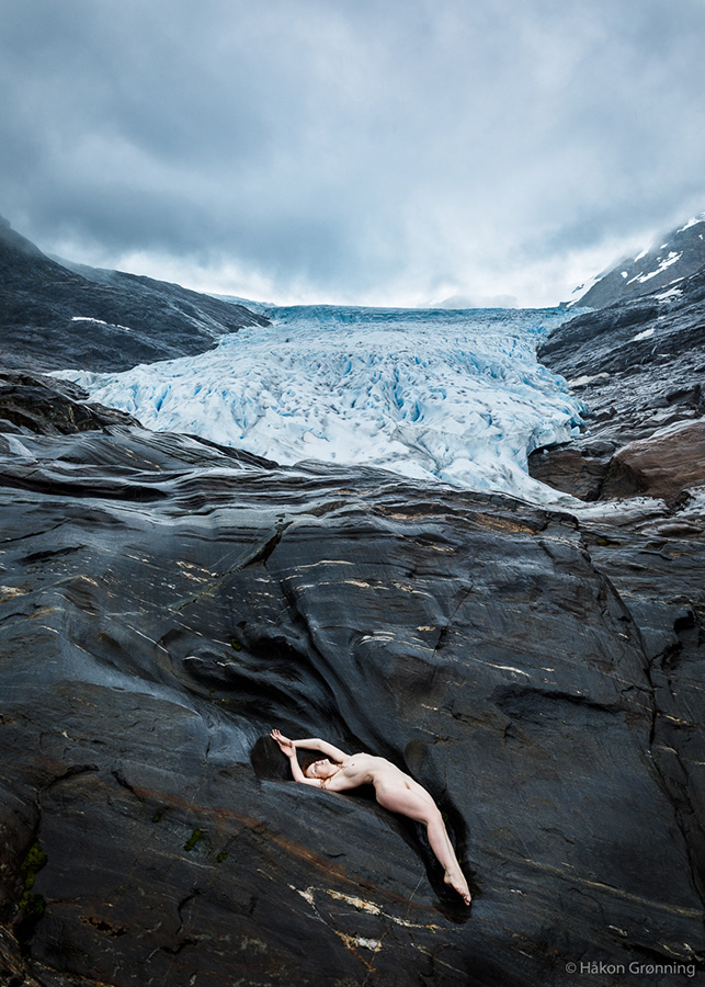 Model Ivory Flame nude on glacier in Norway by photographer Hakon Gronning
